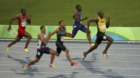 2016 Rio Olympics - Athletics - Semifinal - Men's 200m Semifinals - Olympic Stadium - Rio de Janeiro, Brazil - 17/08/2016.    Usain Bolt (JAM) of Jamaica leads during the race. REUTERS/Edgard Garrido   FOR EDITORIAL USE ONLY. NOT FOR SALE FOR MARKETING OR ADVERTISING CAMPAIGNS.