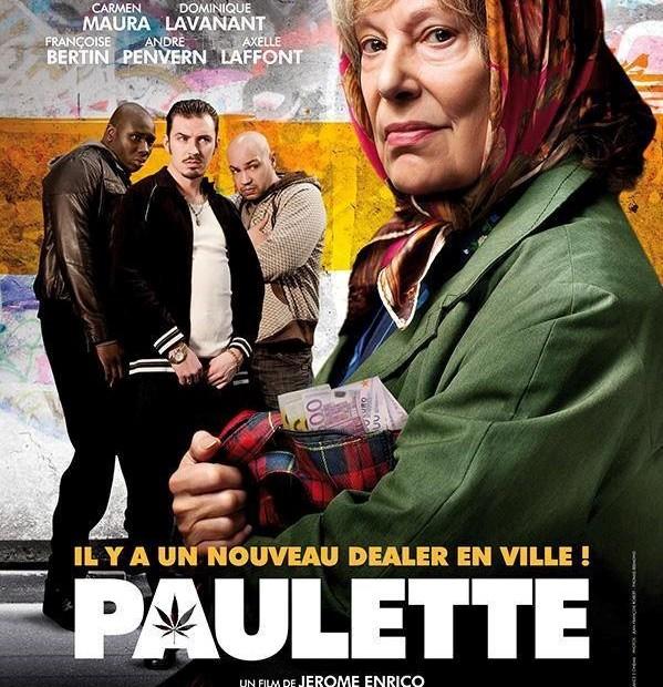 Plakat promujący film, francuskie napisy, starsza kobieta w zielonym płaszczu w tyle trzech bandytów