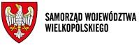Na białym tle po lewej czerwona tarcza herbowa z wpisanym w nią biało-żółtym orłem po prawej napis Samorząd Województwa Wielkopolskiego