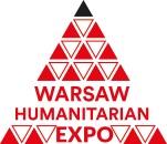 Czerwony biały trójkąt z czarnym wierzchołkiem. W trójkąt wpisano napis Warsaw Humanitarian expo