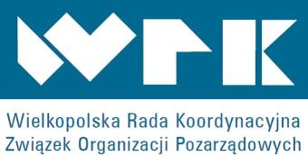 Białe litery WRK na niebieskim tle. Poniżej niebieski napis Wielkopolska Rada Koordynacyjna Związek Organizacji Pozarządowych