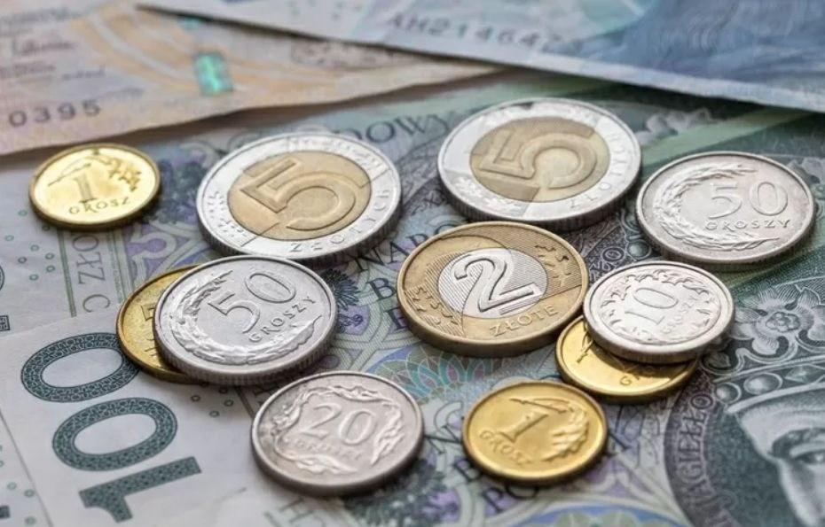 Zdjęcie, pieniądze papierowe i monety leżące na stole
