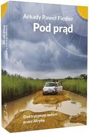 Okłada książki Arkadego Pawła Fiedlera Pod prąd. Elektrycznym autem przez Afrykę