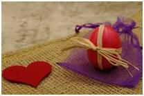 Zdjęcie z lewej strony czerwone serce, z prawej wielkanocna pisanka