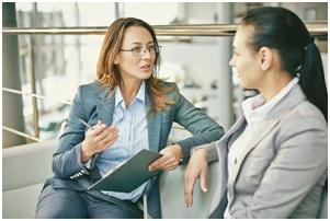 Na zdjęciu dwie rozmawiające ze sobą kobiety