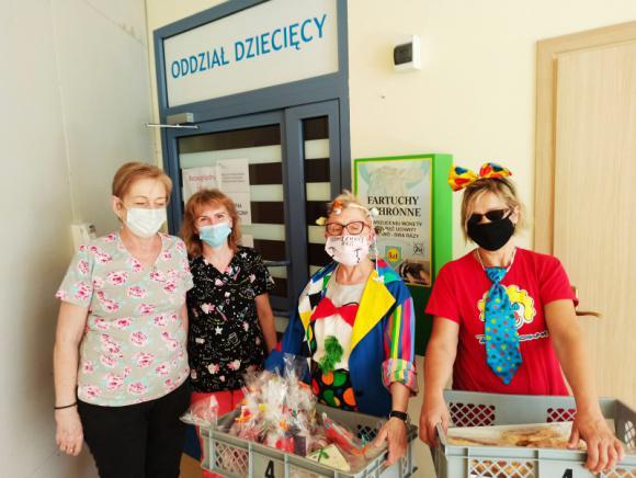Na zdjęciu pielęgniarki w towarzystwie wolontariuszy