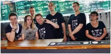 Na zdjęciu niepełnosprawni pracownicy podczas pracy w pubie