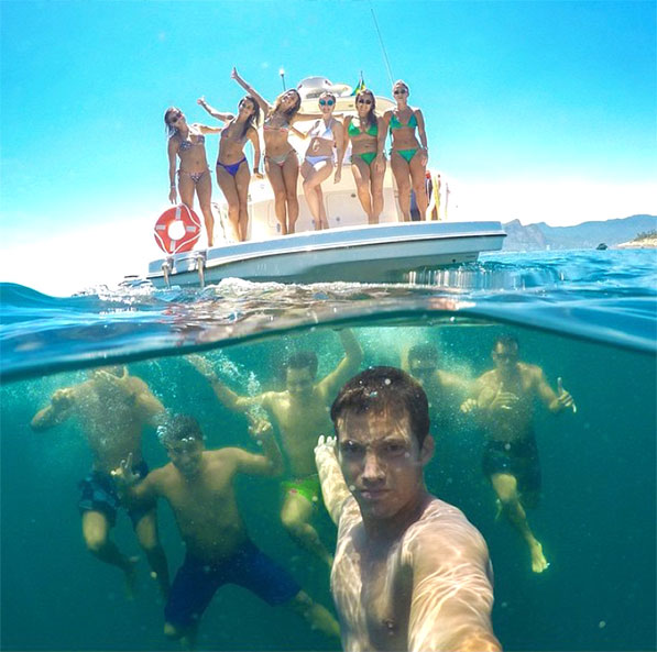 underwater-group-selfie-friends-vacation-guys-girls-yacht