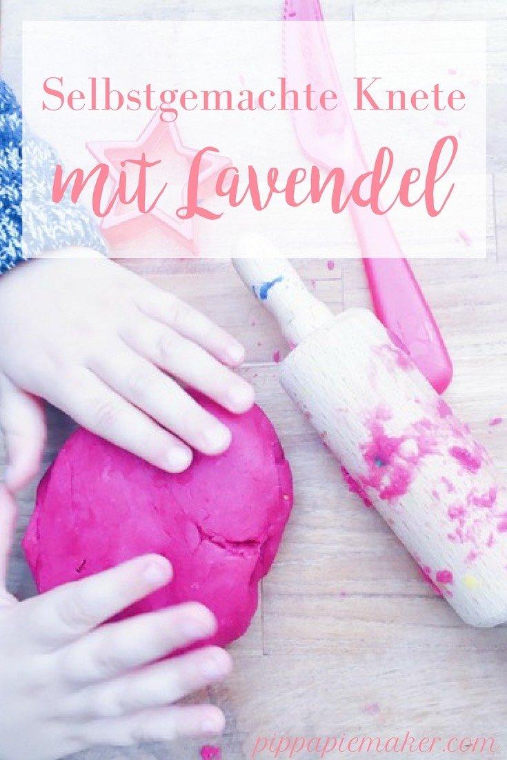Dieses Rezept für selbstgemachte Knete ist perfekt. Es geht schnell, ist einfach, die Knete wird super geschmeidig und duftet auch noch nach Lavendel. Das beste DIY für jede Mami, die nach Indoor Aktivitäten sucht.