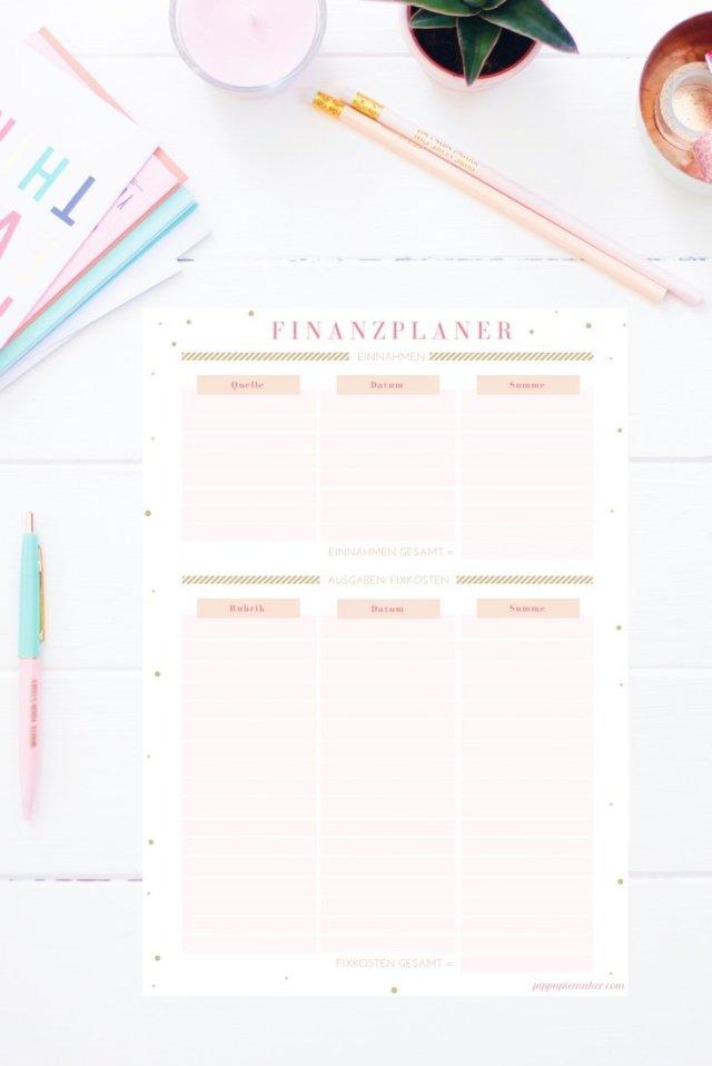 Dieser Finanzplaner zum Ausdrucken hilft dir Monat für Monat deine Ein- und Ausnahmen im Blick zu haben. Den Finanzplaner gibt es auch im Happy Organizer Paket mit über 43 Organisationsseiten für alle Bereiche deines Mami Alltags: Rezeptkarten, Tagesplaner, Packliste, Fitness Tracker, Geburtstags-Checkliste, Wochenplan, Putzplan, Einkaufslisten, Speiseplan und vieles mehr!