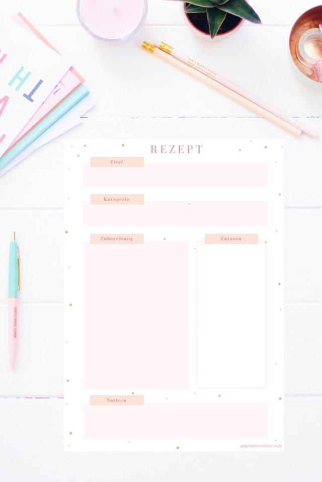 Mit dieser Rezeptkarte zum Ausdrucken kannst du dir hübsch und einfach dein eigenes Kochbuch mit deinen Lieblingsrezepten anlegen. Die Rezeptkarte gibt es auch im Happy Organizer Paket mit über 43 Organisationsseiten für alle Bereiche deines Mami Alltags: Putzplan, Tagesplaner, Fitness Tracker, Finanzplaner, Geburtstags-Checkliste, Wochenplan, Projektplaner, Einkaufslisten, Speiseplan und vieles mehr!