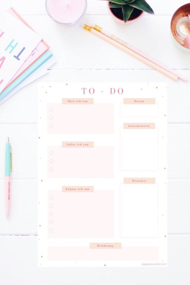 """Mit dieser To-Do Liste zum Ausdrucken wirst du so produktiv wie nie sein! Du trägst deine To-Dos nach Priorität ein: """"muss"""", """"sollte"""", """"könnte"""". Außerdem hast du noch Platz für Kontakte, Besorgungen und eine Belohnung für deinen produktiven Tag! Die To-Do-Liste gibt es auch im Happy Organizer Paket mit über 43 Organisationsseiten für alle Bereiche deines Mami Alltags: Putzplan, Speiseplan, Fitness Tracker, Finanzplaner, Geburtstags-Checkliste, Wochenplan, Projektplaner, Einkaufslisten, Rezeptkarten und vieles mehr!"""