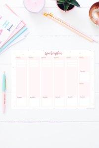 Mit diesem Wochenplan zum Ausdrucken hast du alle Termine sofort im Blick auf einer Seite. Oben kannst du deine 3 wichtigsten To-Dos für den Tag eintragen und unten ist ein Feld für deinen Speiseplan reserviert. Den Wochenplan gibt es auch im Happy Organizer Paket mit über 43 Organisationsseiten für alle Bereiche deines Mami Alltags: Putzplan, Speiseplan, Fitness Tracker, Finanzplaner, Geburtstags-Checkliste, To-Do Listen, Projektplaner, Einkaufslisten, Rezeptkarten und vieles mehr!