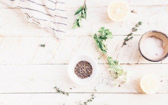 Peeling selber machen ist das einfachste, was es gibt! Mit diesem Basisrezept kannst du dir jedes beliebige Körperpeeling mixen. Selbstgemachtes Peeling ist auch eine wunderbare Geschenkidee und so ziemlich das einfachste last-minute DIY Geschenk!