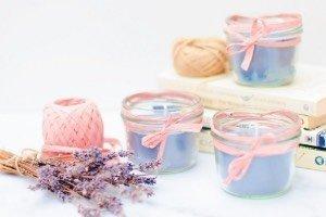 Nette Upcycling Idee für Kerzenreste: einfache Duftkerzen gießen! Super schnelles DIY fürs Zuhause oder als kleine Geschenkidee. Hier als Lavendel Kerze, aber erfinde doch einfach deine eigene Duftkerze im Glas!