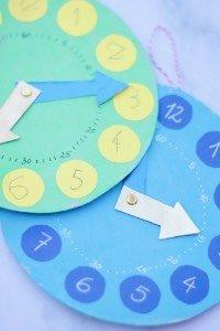 Will dein Kind die Uhr lesen lernen? Diese Lernuhren für Kinder sind ein schönes Nachmittags-Bastelprojekt mit Kindern. Schon beim Basteln lernen die Kinder ganz viel über die Uhr!