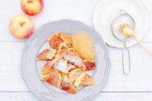 Dieses Kaiserschmarrn Rezept ist inzwischen ein Klassiker in unserer Familienküche. Es ist total einfach und perfekt fürs Kochen für Kinder. Im Herbst besonders lecker mit Zimt und Apfelmus!