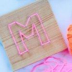 Diese Nagelbilder mit Buchstaben sind ein ruck zuck DIY und eine tolle kleine Deko fürs Kinderzimmer! Vor allem in neon!