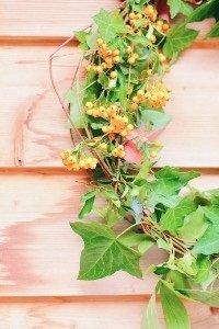 So einfach kannst du einen Herbstkranz nur aus abgeschnittenen Zweigen aus dem Garten machen. Minimalistisch, scandi, einfach schön.