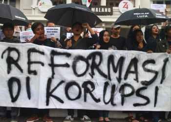 LBH terus berdiri teguh di pihak korban, dan dengan berani membela kemajuan demokrasi Indonesia, termasuk dalam unjuk rasa #ReformasiDikorupsi tahun lalu. Ari Bowo Sucipto/Antara Foto