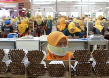 Para buruh perempuan di sebuah pabrik rokok di Yogyakarta. (Foto: VOA/ Nurhadi)