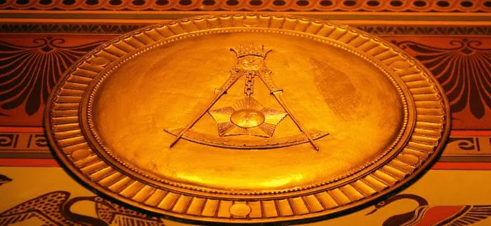 Simbol kotak dan kompas Masonik terlihat di dinding lantai utama di markas Scottish Rite of Freemasonry, Washington, D.C./Tim Sloan/Domain Publik