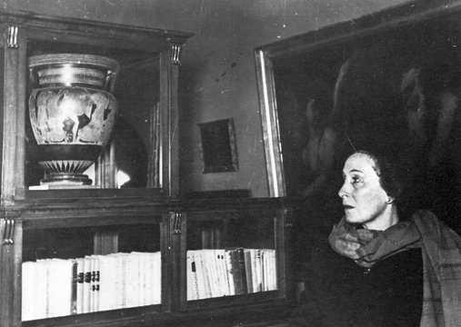 Marta Abba dinanzi alle ceneri di Pirandello