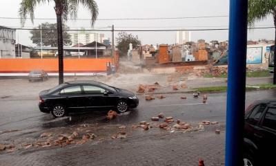 Foto mostra o momento que o muro do Cemitério da Saúdade desabou. Foto: Amauri Carlos Galdino/ Face book