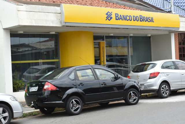 Polícia Militar impede roubo a banco e prende quatro criminosos