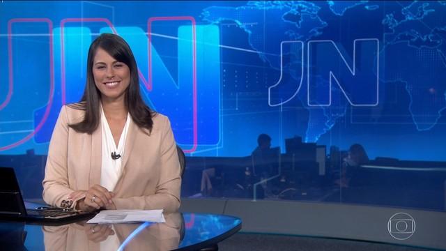 Jéssica Senra, principal apresentadora da Rede Bahia, na bancada do Jornal Nacional