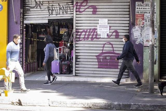 Lojista deixa porta entreaberta para não matar negócio em SP