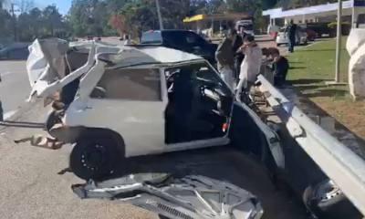 Carro fica destruído após colidir contra caminhão; veja fotos'