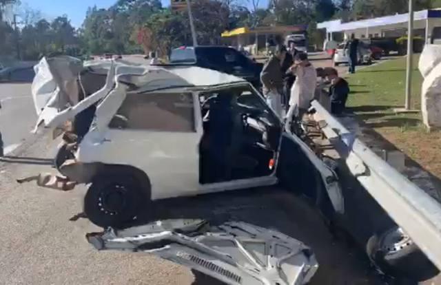 A imagem mostra o estado em que ficou o carro após o acidente. No chão dá para ver os destroços do mesmo.