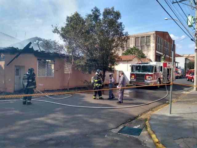 Na imagem podemos ver a casa em chamas