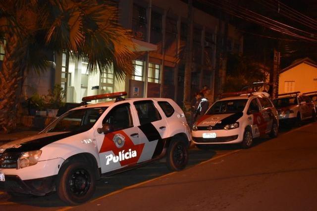Em Piracicaba, pai sai para trabalhar e deixa filhos pequenos na calçada esperando pela mãe