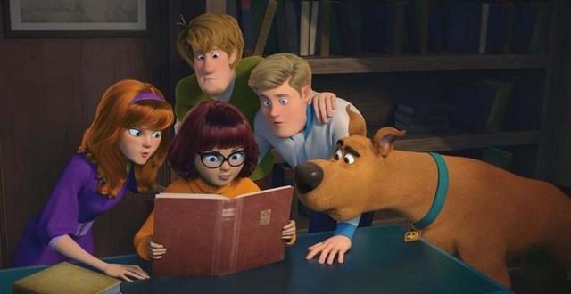uma foto do filme com os personagens de scooby-doo