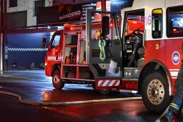 Em Piracicaba, oficina pega fogo e 11 carros são destruídos