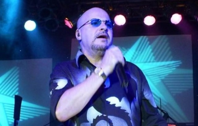 Uma foto do cantor Paulinho da banda Roupa Nova