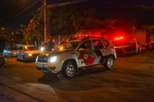 Em Piracicaba (SP), 'sortudo' avança placa pare e bate em carro da PM