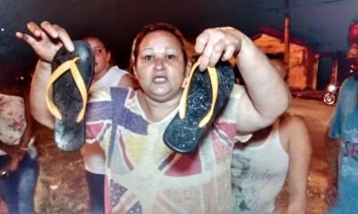 Revoltada, vizinha da vítima mostra chinelo que ela usada quando foi atingida pela caminhonete - Foto: Valter Martins / Piracicaba em Alerta