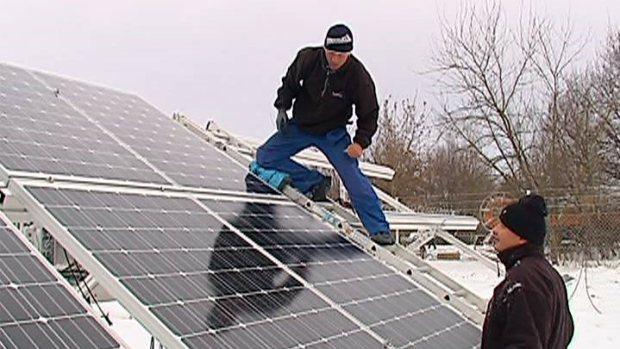 """Die Bauarbeiten im Solarpark Pirna-Pratzschwitz gehen voran, wenn auch langsamer als erwartet. """"Die heftigen Schneefälle […]"""