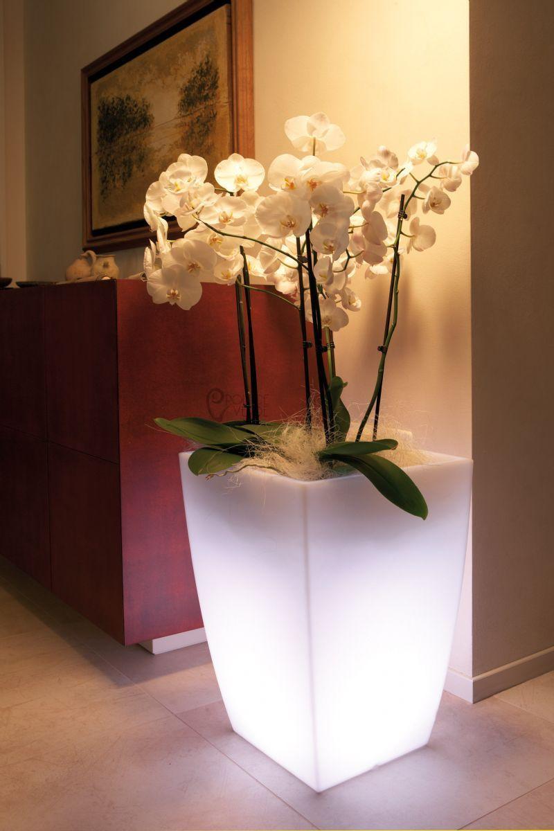 Acquista il vaso come idea regalo (anche regali natalizi) o come bomboniere. Vaso Luminoso Stilo Quadrato Monacis H 90 Cm Piscina Giardino Shop