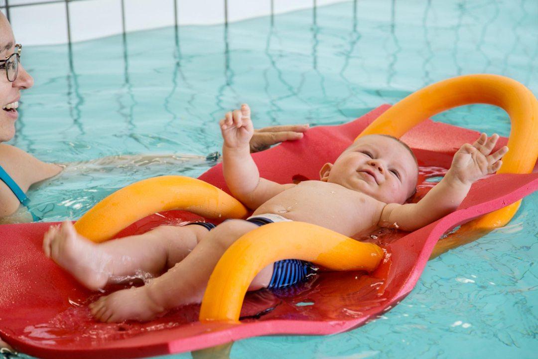 Bébé nageur dans l'eau