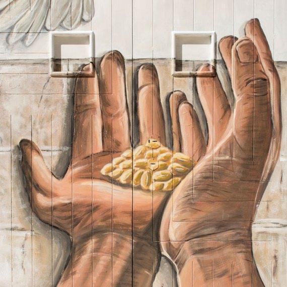 l'oro nelle mani - street art by piskv a canosa di puglia