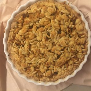 Rivesti la base con e mele, la frolla restante sbriciolata e i pinoli