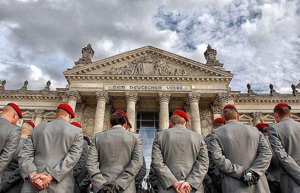 Bundeswehrrekruten bei Gelöbnis vor dem Reichstag 2009 – Foto: G. Czekalla / CC-BY 3.0 Lizenz Wikipedia