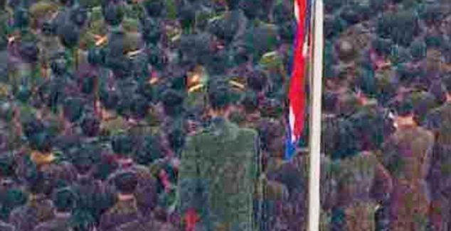 Fuente: www.dailymail.co.uk -   un gigante en formacion durante el entierro del querido lider