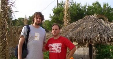 Por fin tenemos foto de @josan63099 , de los dos de la foto...es el bajito, el otro creemos que es un tio alto que juega a esto del baloncesto, pero nuestro crack, sin duda...es @josan63099