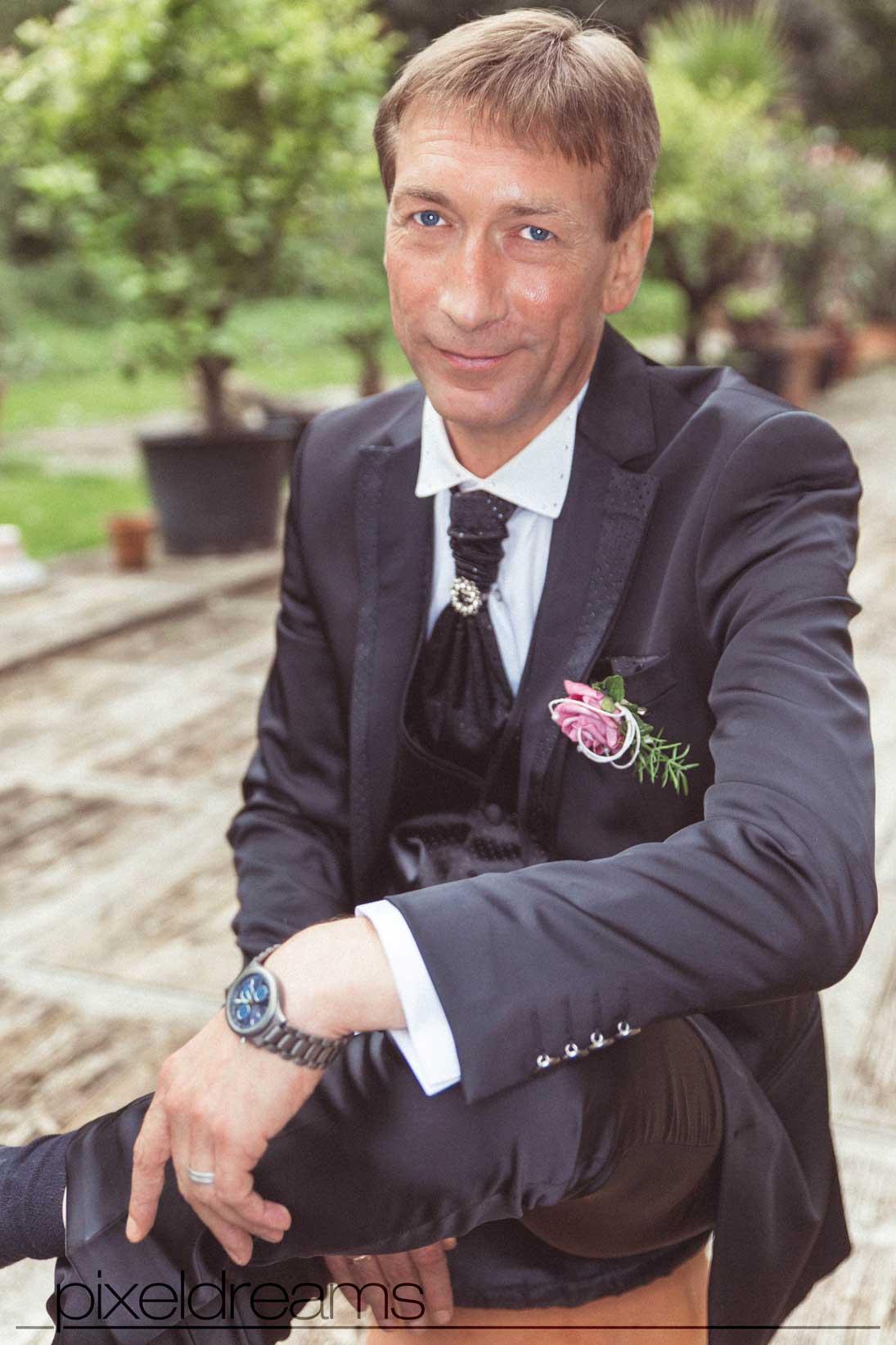 bräutigam posiert von der kamera. ein schönes hochzeitsfoto