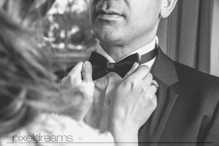 braeutigam-groom-standesamt-shooting-anzug-fliege-braut-papyon-villa wall-sauerland